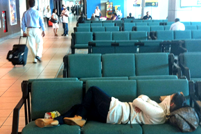 sleeping_waiting_delays_airport_290x193